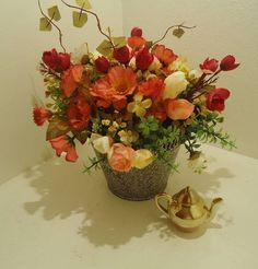 Vaso em metal com pintura jateada,flores artificias diversas espécias e cores,várias folhagens,musgos. R$ 59,60
