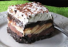 Copycat Dairy Queen Ice Cream Cake - Better than any DQ cake and its much cheaper too! The homemade fudge layer is so yummy and you can customize it with your favorite ice cream, etc. Makes a 13 X 9 pan-full of frozen goodness! Greek Sweets, Greek Desserts, Desserts Menu, Ice Cream Desserts, Greek Recipes, Dessert Recipes, Cold Desserts, Dairy Queen, Cat Ice Cream