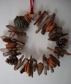 couronne de Noel en bois flotté et tranches d'orange séchées …
