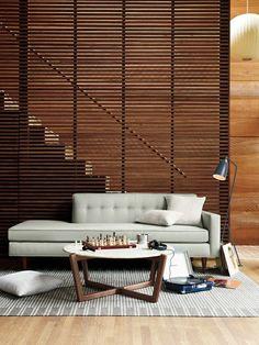 Wohnzimmer und Treppen, getrennt mit einer Holzwand