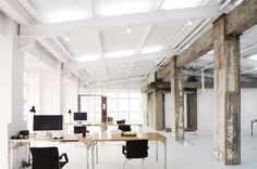 タワービルのペントハウスにあった倉庫をリノベーションして作られた中国の LYCS Architectureの新しいオフィス。まるで美術館のように真白な箱となったこの空間には、ところどころに倉庫時代から引き継がれた柱が残る。