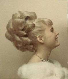 Vintage Hairstyles Curls Todays hair inspiration, this wonderfully over the top style Retro Hairstyles, Braided Hairstyles, Prom Hairstyles, 1960s Hair, Sixties Hair, Divas, Pin Curls, Bad Hair, Hair Dos