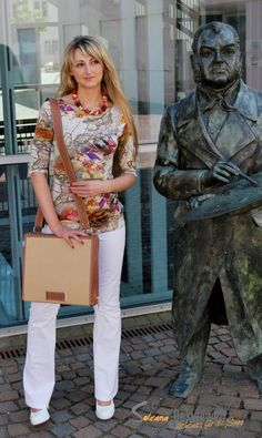 Ella, das DU & ICH Model der Soleana-Designwelt mit Top und Tasche aus dem Soleana-Designwelt-Store.