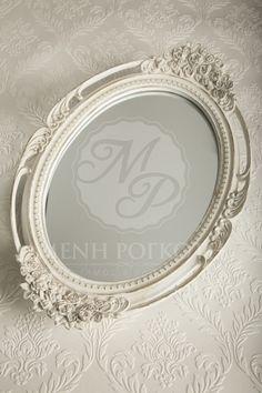 Ξύλινος δίσκος γάμου με περίτεχνο σχέδιο από τριαντάφυλλα στα χερούλια και στο πλάι, σε ιβουάρ απόχρωση με καθρέφτη