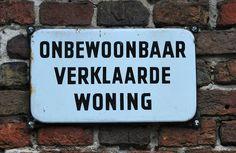 Dit soort bordjes zie je eigenlijk niet meer. Nederland wordt steeds kleiner, dus we weten tegenwoordig niet hoe snel we iets moeten afbreken!