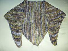 Este é um xale triangular muito simples de ser feito. A confecção do trabalho é toda em tricô. Partindo detrês pontos na ag...