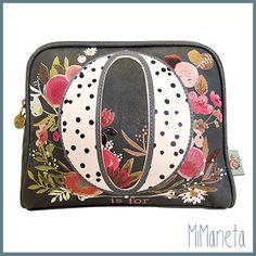 """Original neceser negro con fondo florar en tonos rojos y rosas """"O is for"""".  Cierre con cremallera.  Tamaño: 17,5x22x5cm"""