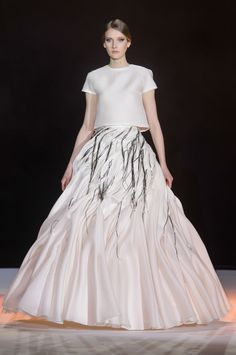 Stéphane Rolland at Couture Spring 2018 - Runway Photos ~ETS Stephane Rolland, Style Couture, Couture Fashion, Oscar Dresses, Evening Dresses, Glamour, Robes D'oscar, White Fashion, Luxury Fashion