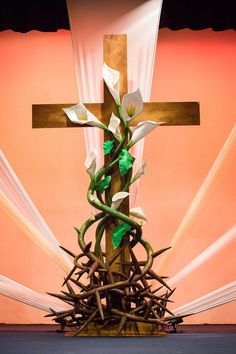 Lynn Colvin from Christian Fellowship Church in Harlingen, Texas brings us this super clean look for Easter. This Easter stage design was inspired by an earlier post, Surrounded By Thorns. For their Easter set decor they wanted to celebrate Easter Flower Arrangements, Easter Flowers, Church Altar Decorations, Altar Design, Church Stage Design, Diy Ostern, Church Flowers, Church Banners, Easter Crafts