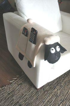 Agora sim, os controles da TV e outros não serão mais perdidos. Você encontrou um organizador que é também decorativo. esta ovelhinha porta controle é mesmo irresistível. Aproveite que o frete é por conta do Atelier Artekoisas. Medidas aproximadas: 66cm (de um lado a outro, incluindo os pés) X...