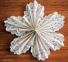 Tutorial de flor feita com paper doilie (ou doily) Paper Doily Crafts, Doilies Crafts, Paper Doilies, Paper Lace, Paper Flowers Diy, Diy Wedding Decorations, Diy Christmas Gifts, Flower Making, Diy Art