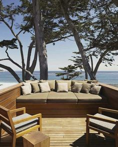 Kleine Dachterrasse mit eingebauter Sitzbank und Blick auf das Meer