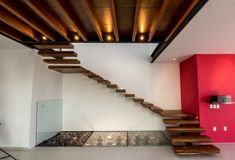 Modern corridor, hallway and staircase by bang arquitectura modern Solar Step Lights, Solar Powered Lights, Stairway Lighting, Types Of Ceilings, Glass Balustrade, Stair Decor, Staircase Design, Log Homes, Stairways