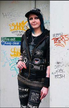 moletom+patch+ crust punk+ cap+ short Anti Fashion, Punk Fashion, Leather Fashion, Gothic Fashion, Punk Outfits, New Outfits, Punk Rock Girls, Crust Punk, Punk Patches