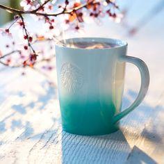 Un+mug+à+café+blanc+classique+à+la+base+turquoise+peinte+à+la+bombe.