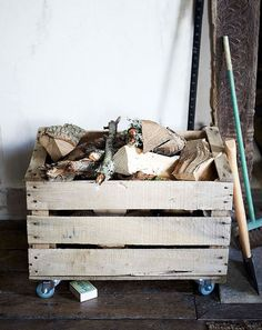 Fire Wood Storage Box Baskets Ideas For 2019 Reclaimed Wood Projects, Salvaged Wood, Diy Wood Projects, Firewood Rack, Firewood Storage, Range Buche, Wood Storage Box, Mail Storage, Apple Crates
