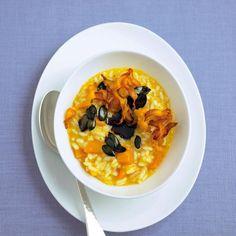 Probieren Sie Cornelia Polettos herbstlich leckeres Kürbisrisotto mit Kürbischips. Kochen Sie dieses Gericht mit uns ganz einfach nach.