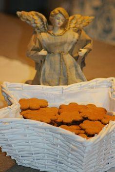 Paraisten piparkakut - äidin resepti talouskoulusta 1950-luvulta Disney Characters, Fictional Characters, Disney Princess, Sweet Stuff, Painting, Cookies, Crack Crackers, Painting Art, Biscuits