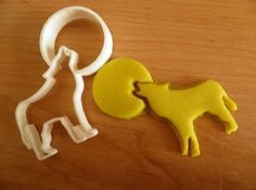WOLF-and-MOON-cake-decorating-cookie-cutter-FONDANT-halloween Halloween Fondant Cake, Diy Cookie Cutter, Cake Cutters, Xmas Cookies, Fondant Molds, Moon Cake, Sugar Craft, Diy Cake, Halloween Pumpkins