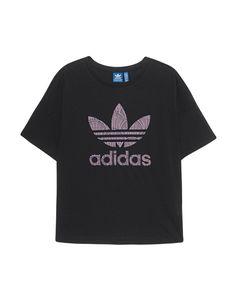 T-Shirt mit Print Schwarzes T-Shirt im lässigen und kastigen Schnitt aus einer Baumwoll-Modal-Mischung mit Label-Print vorne, Rundhalsausschnitt und tiefen Schulternähten.  Mit Sneakers und Rucksack für einen Easy-Going-Look...