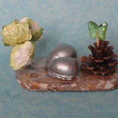 Objet décoratif résine roses  escargots et pomme de pin.  http://www.alittlemarket.com/boutique/recup_creation-343513.html