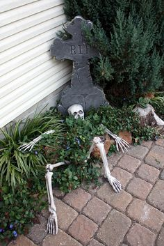Our beautiful outdoor Halloween pumpkin decorations include carved, and manymore. This DIY Halloween yard deco Halloween Prop, Halloween Outside, Fröhliches Halloween, Adornos Halloween, Scary Halloween Decorations, Outdoor Halloween, Holidays Halloween, Halloween Yard Ideas, Halloween Graveyard