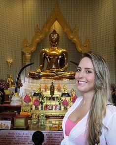 Golden Buddha - Sukhothai Traimit 🇺🇸The largest Buddha image in the world! 🇧🇷A maior imagem de ouro de Buda no mundo! #goldenbuddha #sukhothai #buddha #buddhism #bangkok #thai #thailand #adventures #smile #pink  #crossingtheocean #trips #travel #wanderlust #asia #asiatrip #worldtravel #aroundtheworld #travelgram #traveller #instatravel #dicasdeviagem #amoviajar #bestvacations #topdestinos #melhoresdestinos #meumundocorderosa #minhanadamolevida #caminaasia #coisasdecamila #travel #tourism…