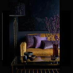 Color covers: how to use in decoration, tips and 60 photos - Home Fashion Trend Living Room Orange, Home Living Room, Living Room Designs, Living Room Decor Purple, Salons Violet, Deco Cool, Purple Interior, Dark Interiors, Deco Design