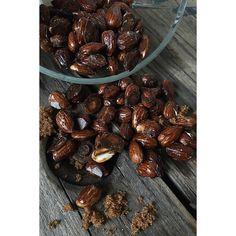 I make almonds in all shapes, salted, chopped and recently; roasted sweet & salty almond. #healthy Recipe:  200g mandler (@myproteindk) 2 tbsp sukrin/sukringold (@bodylabdk) . Opskrift recept brända rostade salt söt mandlar + pepparkakskrydda kanel chili. MyRecipe fav