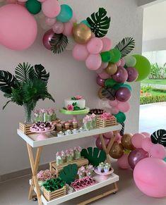 🥰🥰👏🏻💓😍linda Festa Tropical, paleta 🎨 de cores super em alta marsala, e tons de rosa, dourado e verde. que mimo a mesa! 2nd Birthday Party For Girl, Luau Birthday, Birthday Ideas, Aloha Party, Luau Party, Cake Party, Beach Party, Flamingo Birthday, Flamingo Party