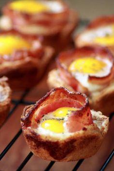 Copas de tostadas de huevo y tocino | 31 Bocadillos divertidos que puedes hacer utilizando un molde para muffins
