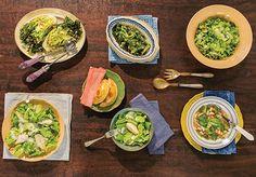 Escarola é aposta certa na geladeira porque dura superbem. Ótima pedida para variar o sabor da salada! Mais intensa do que a alface, vai rasgada para a mesa, com pera e molho de queijo azul