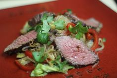 Wołowina z Makaronem Ryżowym i Migdałami to wspaniały przepis Video na soczystą wołowinę w wyjątkowym aromacie - Wszystkie potrawy kuchni wietnamskiej mają wyrazisty smak, polecamy każdemu!