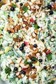 Broccolisalat med æble og græsk yoghurt Broccoli salad with apple and Greek yogurt Easy Salad Recipes, Easy Salads, Veggie Recipes, Healthy Recipes, Salad Menu, Salad Dishes, Helathy Food, Food N, Food And Drink