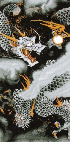 용  -용은 동아시아의 신화 및 전설에 등장하는 상상의 동물이다. 특히 중국에서는 신성한 동물, 즉 영수라 하여 매우 귀하게 여겼다. 학국에서는 용을 가리켜 '미르'라는 고유오러 불렀다. 일반적으로 많이 알려진 용의 모습은 중국 한나라 이후에 만들어진 것으로, 9가지 종류의 동물의 모습을 합성한 모습을 하고 있다. 얼국은 낙타, 뿔은 사슴, 눈은 토끼, 몸통은 뱀, 머리털은 사자, 비늘은 잉어, 발톱은 매, 귀는 소라고 하며 전체적인 모습은 도룡뇽을 닮았다. 입가에는 긴 수염이 나 있고, 동판을 두들기는 듯한 울음소리를 낸다고 한다. 머리 한가운데에는 척수라고 불리는 살의 융기가 있는데, 이것을 가진 용은 하늘을 자유롭게 날 수 있다. 동양에서는봉황, 기린, 거북과 더불어 상서로운 사령의 하나로 인식하여 왔다.