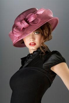 """Some models are """"one"""" with the hat. Others have a hat that sits on the head and the two appear disjunct.  This picture is thus. Sombrero rosa"""