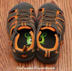 """Zerschneide einen Aufkleber und klebe die Hälften in die Kinderschuhe. So kann dein Kind sofort den rechten vom linken Schuh unterscheiden."""""""