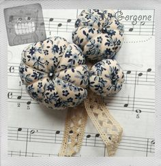 Broche de trois choux en coton liberty bleu. Recyclage par la Gorgone. : Broche par la-gorgone