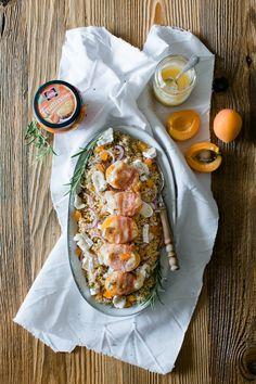 Couscous mit gefüllten Aprikosen im Speckmantel