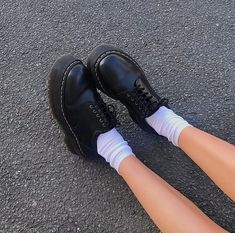 Doc Martens have been in style for almost 60 years, discover what made them so popular. We also discuss how to wear them in style! Dr. Martens, Doc Martens Oxfords, Sock Shoes, Cute Shoes, Me Too Shoes, Aesthetic Shoes, Aesthetic Clothes, Khadra, Jeans Boyfriend