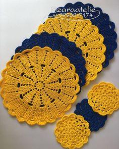 Amarelo+ Azul=💛💙 O amarelo fica perfeito com o azul. Junte os dois pra criar uma mesa alegre e jovial😍 Os Sousplats mais delicados você… Crochet Round, Crochet Home, Love Crochet, Crochet Baby, Knit Crochet, Crochet Placemats, Crochet Doilies, Crochet Stitches, Crochet Mandala Pattern