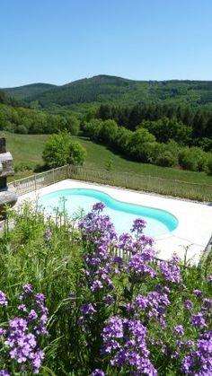 """Zwembad """"with a view"""" aanwezig op de kleine camping Domaine Lacanal Frankrijk"""