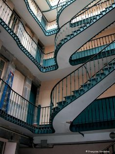 """Cour intérieure (je ne me souviens plus dans quelle rue). """"Comme l'espace pour construire était restreints, les escaliers extérieurs permettaient de ne pas empiéter sur le logement et d'avoir une cour plus large, plus aérée et plus lumineuse que si ces escaliers avaient été murés. C'est ce qu'on appelle les escaliers bisontins. Il y en a de tous les genres, avec souvent des rampes de fer forgé très ouvragées"""" (Eveline Toillon """"Besançon insolite et secret"""").. – à Besançon."""