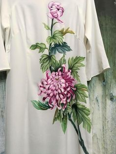 Abito dipinto a mano composizione floreale Dress Painting, T Shirt Painting, Fabric Painting, Fabric Paint Designs, Barefoot Blonde, Batik Pattern, Embroidery Suits Design, Silk Art, Painted Clothes