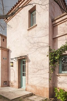Arquitectura - Paisajismo - Ricardo Pereyra Iraola - Buenos Aires - Argentina - Casa Mediterranean Style Homes, Spanish Style Homes, Spanish House, Spanish Colonial, Fachada Colonial, Spanish Exterior, Blue Shutters, Cottage Farmhouse, Tuscan Style
