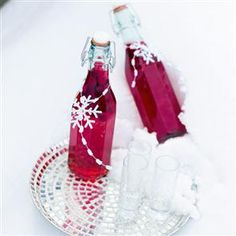 Cranberry and orange vodka recipe. Recipe takes 4 weeks til drinkable but only 2 weeks before it can be bottled. So add a little 'Drink me after **/**/**' label if you don't have til Christmas time. Edible Christmas Gifts, Xmas Food, Edible Gifts, Christmas Cooking, Christmas Treats, Christmas Crackers, Holiday Crafts, Homemade Alcohol, Homemade Wine