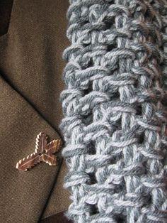 Nákrčník-pro paní hajnou Háčkovaný nákrčník je vyroben z akrylové příze ve dvou odstínech šedé barvy. Lze ho omotat dvakrát kolem krku.