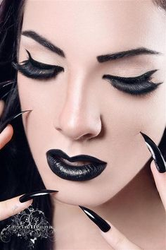 #Goth girl simple but perfect make-up and nails