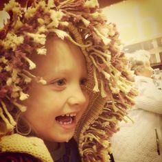 Ihanan eettiset tuotteet ovat kehitysmaissa valmistettuja paikallisartesaanien laadukkaita taidonnäytteitä. Missiona on luoda taloudellista riippumattomuutta kehitysmaiden pienartisaanien ja naisyrittäjien elämään. Kuvassa poikani leijonaneule päällä Crochet Hats, Dreadlocks, Crown, Hair Styles, Beauty, Fashion, Knitting Hats, Hair Plait Styles, Moda