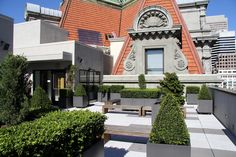 The roof terrace at One Kearny is one of San Francisco's newest POPOS. The well appointed garden is located on the building's 11th floor, and features sweeping views of downtown, and a close-up look at the ornate mansard roof of the building next door.